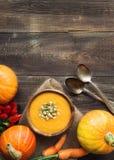 Kürbissuppe auf hölzernem Hintergrund Stockbilder