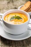 Kürbissuppe in der Schüssel mit frischem Basilikum Stockfoto