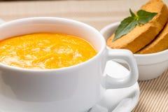 Kürbissuppe in einer Schüssel mit frischem Basilikum Stockfoto
