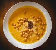 Kürbissuppe mit Balsamico-Essig und Parmesankäse Stockfoto