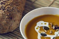 Kürbissuppe mit frischem Brot Stockfotos