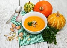 Kürbissuppe mit frischen Kürbisen Lizenzfreies Stockfoto