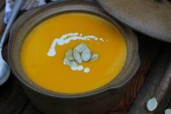 Kürbissuppe mit frischer Creme für Halloween- und Danksagungsabendessen stockbilder
