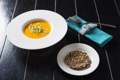 Kürbissuppe mit Getreidebrot Lizenzfreie Stockfotografie