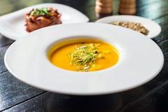 Kürbissuppe mit Getreidebrot Stockfotografie