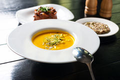 Kürbissuppe mit Getreidebrot Stockfoto