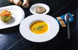 Kürbissuppe mit Getreidebrot Stockfotos