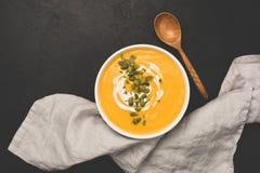 Kürbissuppe mit Kürbiskernen und Creme stockfotografie
