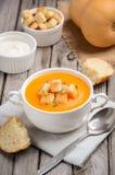 Kürbissuppe mit Kürbiskernen und Croutons Stockfotografie