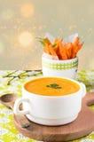 Kürbissuppe mit Karotte bricht auf einem hölzernen Stand ab Stockbilder