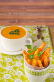 Kürbissuppe mit Karottenchips Stockbild