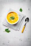 Kürbissuppe mit Petersilienhintergrund Lizenzfreie Stockfotos