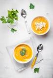 Kürbissuppe mit Petersilienhintergrund Stockfotos
