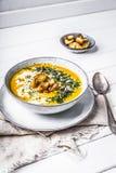 Kürbissuppe mit Sahne, Kräuter und Samen stockbild