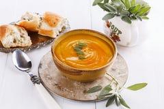 Kürbissuppe mit Salbei auf weißem Hintergrund Stockbilder