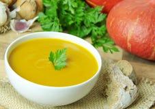 Kürbissuppe und -bestandteile für das Kochen auf Hintergrund Stockfoto