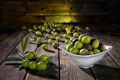 Kürzlich geerntete neue Oliven fotografierten auf einer hölzernen Antike lizenzfreies stockbild