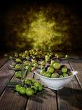 Kürzlich geerntete neue Oliven fotografierten auf einer hölzernen Antike lizenzfreie stockfotografie