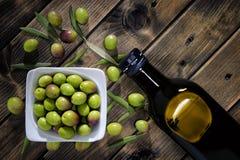 Kürzlich geerntete neue Oliven fotografierten auf einer hölzernen Antike stockfotografie