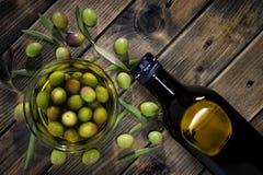 Kürzlich geerntete neue Oliven fotografierten auf einer hölzernen Antike Stockfoto