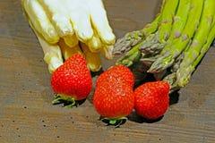 Kürzlich geernteter Spargel und Erdbeeren stockfotografie