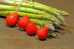 Kürzlich geernteter Spargel und Erdbeeren stockfotos