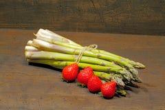 Kürzlich geernteter Spargel und Erdbeeren lizenzfreies stockfoto