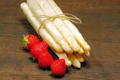 Kürzlich geernteter Spargel und Erdbeeren lizenzfreie stockfotos