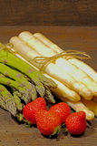 Kürzlich geernteter Spargel und Erdbeeren stockbild