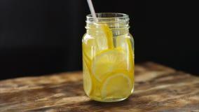 Kürzlich gemachte Limonade mit Zitrone in der Bank Dunkler hölzerner Hintergrund, selektiver Fokus stock video footage