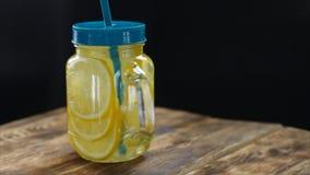 Kürzlich gemachte Limonade mit Zitrusfrucht in der Bank Dunkler hölzerner Hintergrund, selektiver Fokus stock video footage
