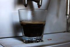 Kürzlich gemachter Espresso mit einem Schaum auf der Maschine in der Kaffeestube oder im Café stockfotos