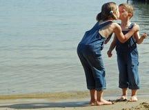 Küssen auf dem Strand Lizenzfreie Stockfotos