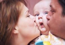 Küssen der Familie Stockfotos