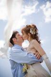 Küssen der Hochzeitspaare Lizenzfreies Stockfoto