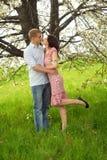 Küssen der Paare in der Natur Lizenzfreies Stockbild