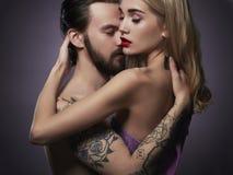Küssen der Paare Schönheit und gutaussehender Mann reizender Junge und Mädchen Lizenzfreie Stockfotografie