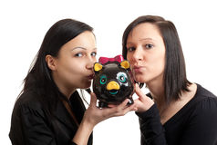Küssen der piggy Querneigung mit zwei jungen Frauen Stockbild
