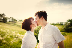 Küssen des glücklichen Paars im Freien stockfotos