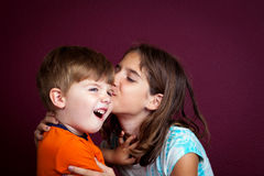 Küssen des kleinen Bruders Stockbilder