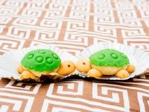 Küssen des Schildkröte geformten Kuchens Stockbilder