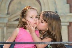 Küssen einer Backe Stockfoto