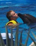 Küssen eines Delphins Lizenzfreie Stockfotografie