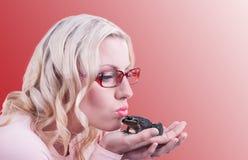 Küssen eines Frosches stockfotografie