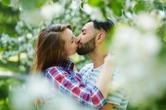Küssen im Park Lizenzfreie Stockbilder