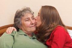 Küssen meiner Mutter Stockfoto