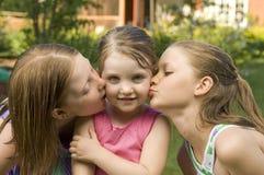 Küssen mit drei Mädchen Lizenzfreies Stockfoto
