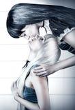 Küssen mit zwei junges Schönheitszwillingen Lizenzfreie Stockfotografie