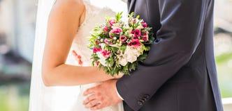 Küssen Sie die Braut und den Bräutigam lizenzfreie stockfotos
