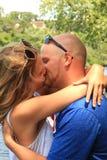 Küssen von amerikanischen Paaren an einem Sommertag Lizenzfreie Stockfotografie